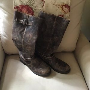 STEVE MADDEN BROWN DISTRESSED BOOTS!